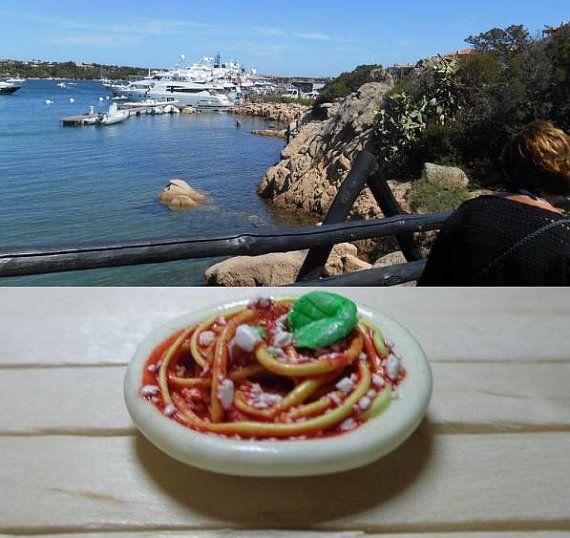 Spaghetti al pomodoro in miniatura con foglia