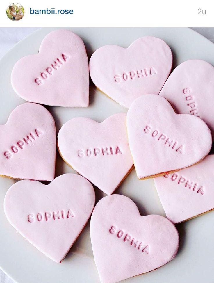 Rosa hjertebakst med stemplet babynavn - ide til dåp, bursdag osv. Stempel på ebay