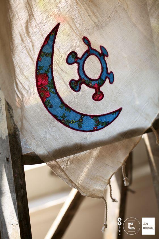 AFRİKA'DA UYUM MESELESİ Afrika'da evlilik hayatını kutsadığı kabul edilen Osram ne Nsoromma sembolü; sonsuz aşk ve uyumu temsil eder.  İşte 'Ay ve Yıldız' sembolü, işte ahenk Mesele'si!