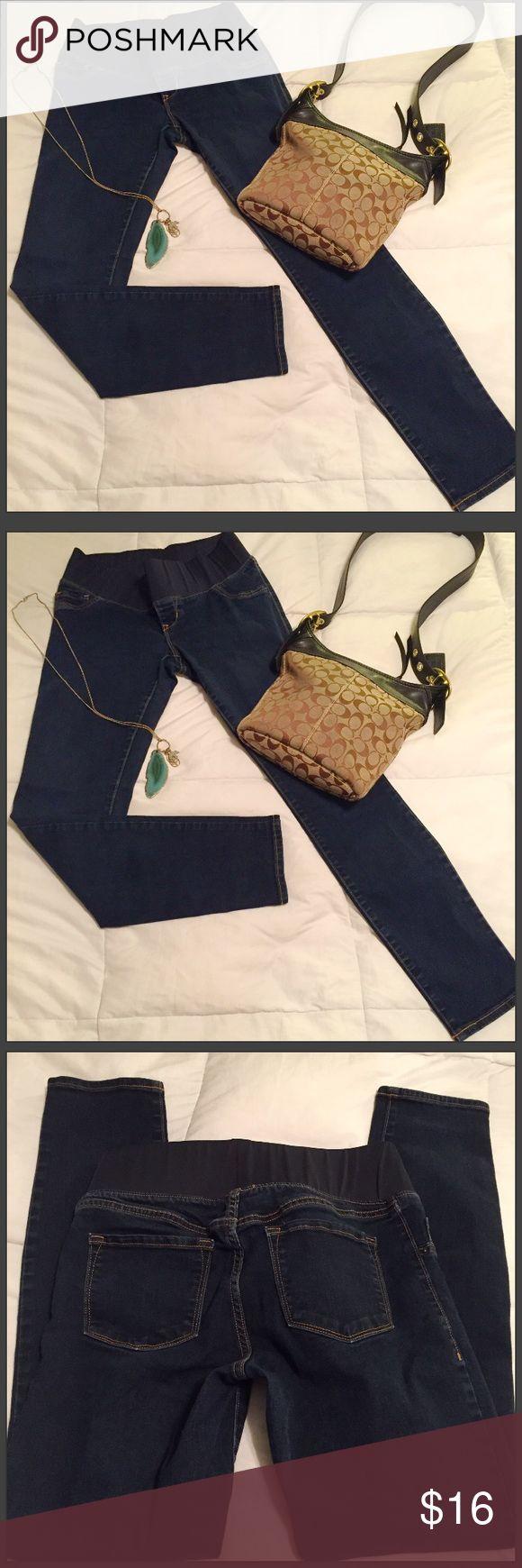 "Old navy maternity jeans 👖 size 6 Old navy maternity jeans 👖 size 6 excellent condition 29"" inseam. Old Navy Jeans Skinny"
