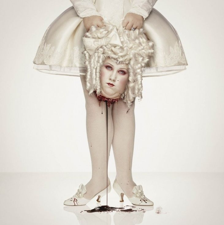 Marie Antoinette 1793 was executed by guillotine and then buried in an unmarked grave. 프랑스 루이 16세의 부인, 베르사이유의 마리 앙투와네트 1793년 시민봉기로 국고 낭비와 오스트리와 공모했다는 죄명으로 단두대 위에서 타계.