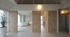弊社設計の千駄ヶ谷の賃貸オフィス『BORDER』です。物件名の通り、一部の壁を腰高で色と素材を使い分けて空間のアクセントにしています。上部の壁は床と同じ2つの幅(120mm+55mm)のフローリング材張です。  間取は、水廻りを玄関付近にコンパクトにまとめ、作業スペースの面積を最大限確保出来る様にしました。  オーク材のやわらかい質感と、タイルの硬質感、コンクリートの無骨感をバランス良くミックスさせた居心地の良いオフィス空間です。  *今回募集の部屋の間取は、写真の左右反転タイプです。