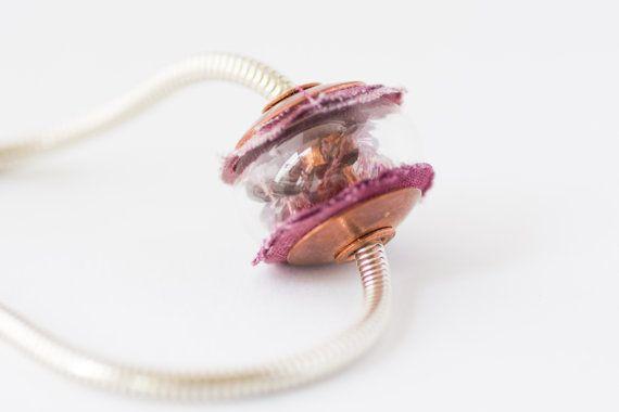 Unieke holle glaskraal, gevuld met facetkraaltjes en dichtgemaakt met mooie aubergine paarse stof en rood koperen buis en kraalkappen. on Etsy, €29,50