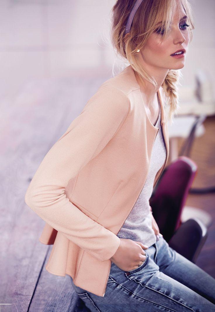 Blazer-Jacke aus Scuba-Material mit offwhitefarbener Innenseite. Tailliert geschnitten, mit silberfarbenem Reißverschluss und Schößchen.