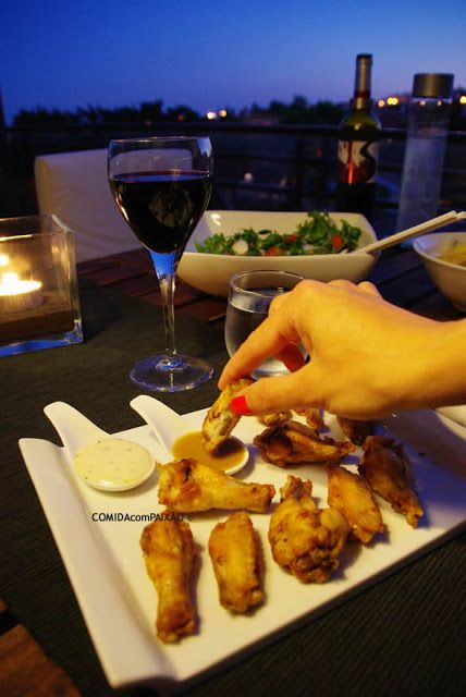 Asinhas de Frango Fritas com molhos de Mostarda de Dijon e Mel e Maionese de Alho e Salsa