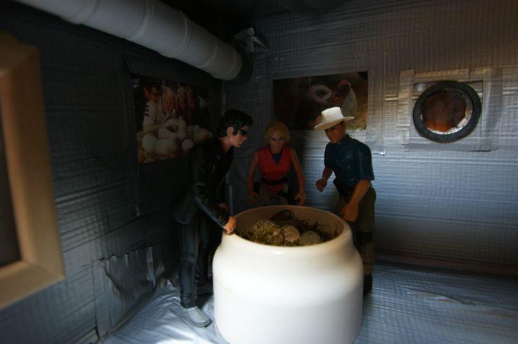 Ian Malcolm, Alan Grant et Ellie Sattler découvrent la couveuse du laboratoire exposé au public, où se trouvent des oeufs de dinosaures.