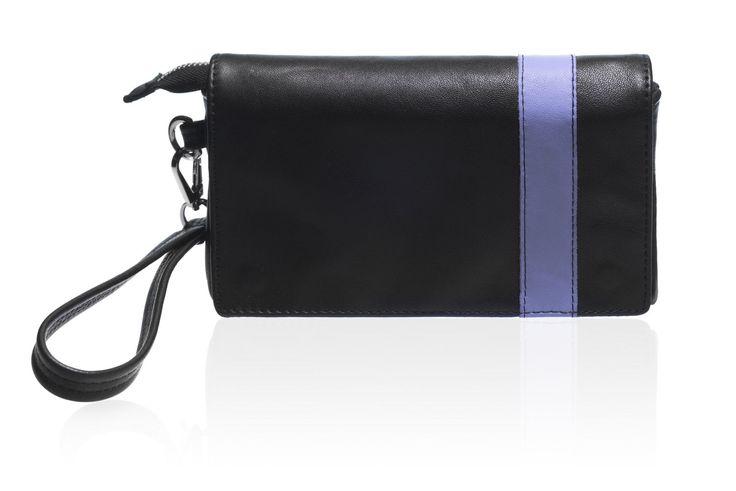 Pochette da uomo in vera pelle nera con riga airy blu, doppia maniglia. #rossodesiderio #bag #borsa #pochette #borsello #organizer #portatutto #portacellulare #portaocchialli #portachiavi #uomo #nero #nera #verapelle #tasca #leather #cuoio #madeinitaly #fattoamano #artigianato #artigianale #accessorio #custodia #astuccio #classico #vintage #casual #retro #gadget #handmade #handmadeinitaly #fattoamanoinitalia #moderno #fashion #style #design #elegante #cerniera #zip #maniglia #ideeregalo