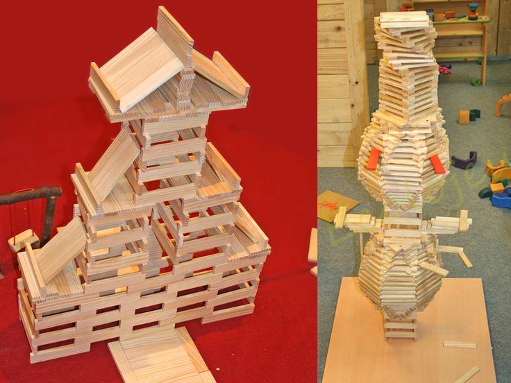 Les enfants ont de l'imagination. Bien au chaud, ils ont construit un grand bonhomme de neige. https://www.ecolojeux.com/jeux-construction-en-bois/225-kapla-jeu-construction-bois.html