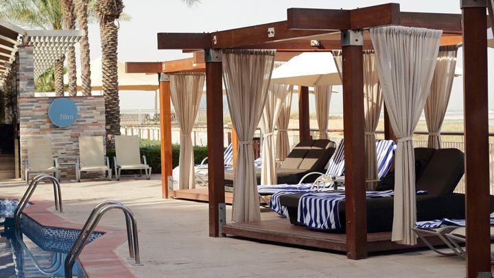 Abu Dhabi | Radisson Blu Yas Island | Doppelliege | Pool | Pooltime | holiday | vacation | travel | traveller