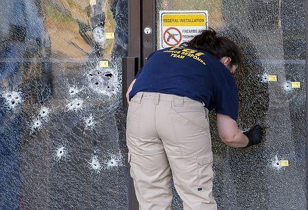 米南部テネシー州の軍施設で起きた銃乱射事件の現場=16日、同州チャタヌーガ(EPA=時事) ▼18Jul2015時事通信|犠牲者5人に=米軍施設銃乱射 http://www.jiji.com/jc/zc?k=201507/2015071800263