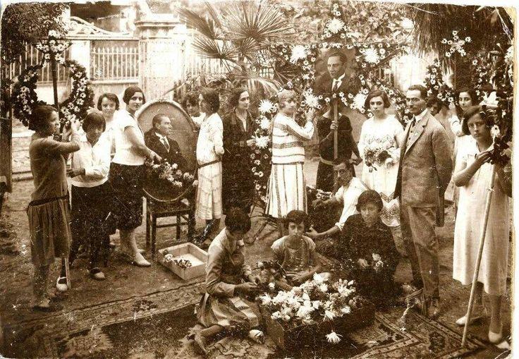 Urla, 1935... Cumhuriyet Bayramı kutlamalarına hazırlık. Çok güzel bir kare...
