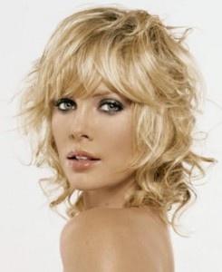 The proposed cuts for summer 2012 women's suit concerning hairstyles curly hair . To learn more visit: http://www.taglicapelli.org/tagli-capelli-medi/tagli-capelli-medi-ricci-con-frangia-estate-2012