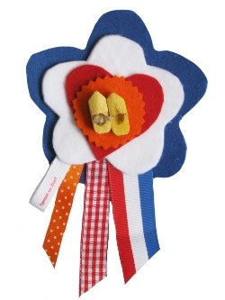 Broche voor Koningsdag   Meer ideeën: http://www.jouwwoonidee.nl/koninginnedag-knutselen/