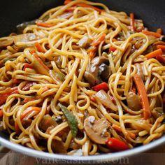 Estos gustosos tallarines chinos con muchos vegetales. | 16 Deliciosas recetas de comida china que puedes hacer en casa