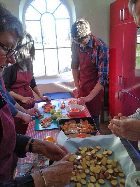 Samen koken met familie, vrienden of collega′s is gezellig en lekker. Je gaat in kleine groepjes aan de slag,  je leert over de producten en kooktechnieken, je kookt gezamenlijk een 3-gangen maaltijd en geniet van de begeleidende drankjes. Na afloop krijg je de recepten mee naar huis. De kookworkshop kan in jouw eigen thema worden gegoten. Of kies een van de thema's die al geproefd en beproefd zijn bij Gouwe Stek!