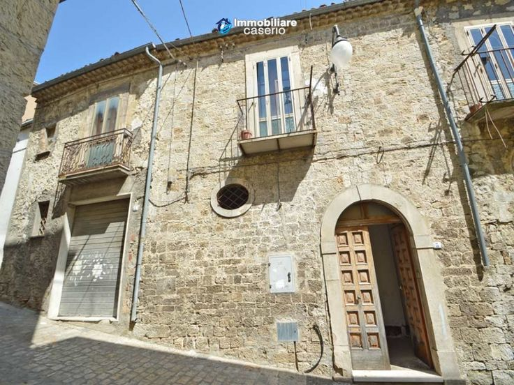 http://immobiliarecaserio.com/Ancient_stone_house_with_garage_for_sale_in_Molise_region_village_Palata_2182.html