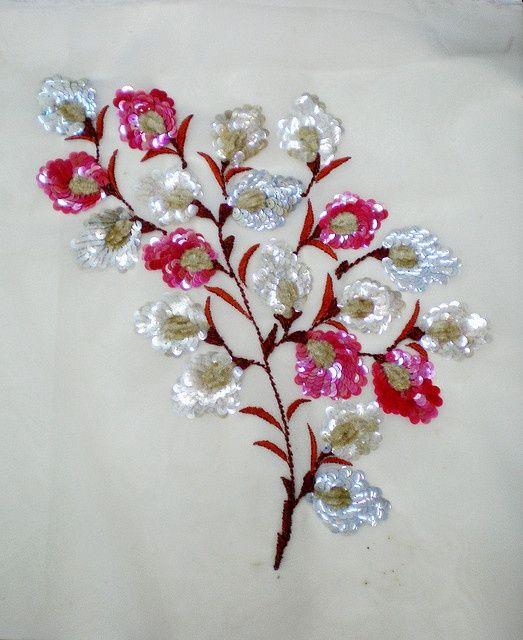 Flores bordadas con hijo y lentejuelas.
