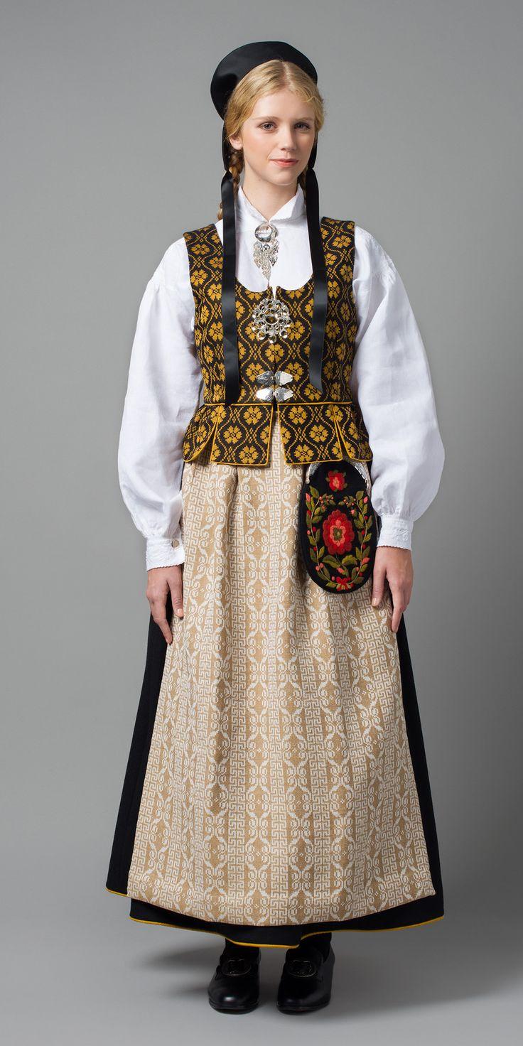 SVART GLORIA Det finnes eksempler på trønderbunader fra 1950-tallet, der både vest og stakk har samme mønster. I tillegg fant vi et eksemplar av modellen med svart stakk, og mønstret vest og forkle. Med det som utgangspunkt har vi rekonstruert vår nye modell Svart Gloria, med vest i silke og ull. Sjalet er en kopi av et sjal som finnes på Kunstindustrimuseet i Trondheim.