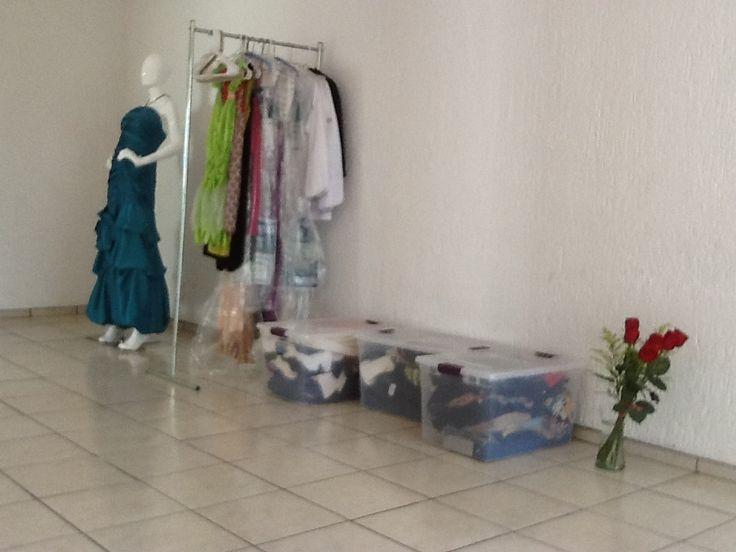 Día de etiquetar, colgar, acomodar, y prepararnos. #Showroom muy cerca! #Muchotrabajo