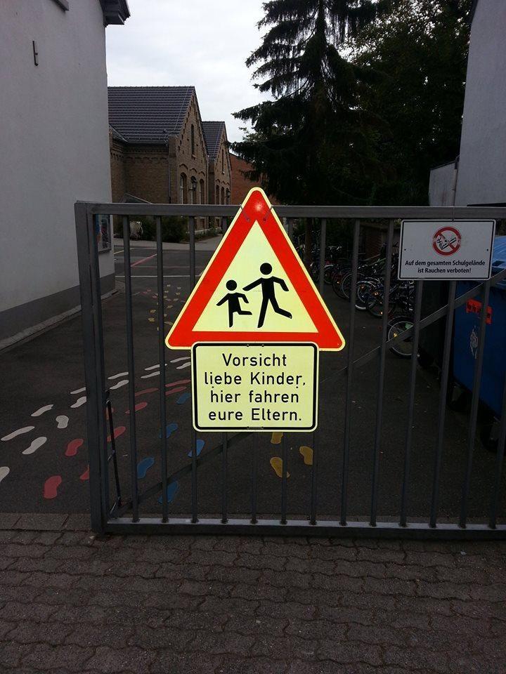 Óvatosan kedves gyerekek itt a szüleitek vezetnek per bike @per_bike_berlin  Soche #Schilder wünsche ich mir vor jeder #Schule! #Elterntaxi ade!!! pic.twitter.com/QVdEyGUOUW