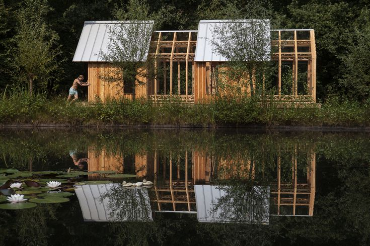 オランダの南部ドメル川沿いにある工業都市・アイントホーフェンに、建築家が母親のために建てたガーデンハウスがある。ダグラスの木を基調に建てられており、のどかで素朴な家のように見える。 大きさは45.0スクエアメートル。だがそれは状況次第。実は