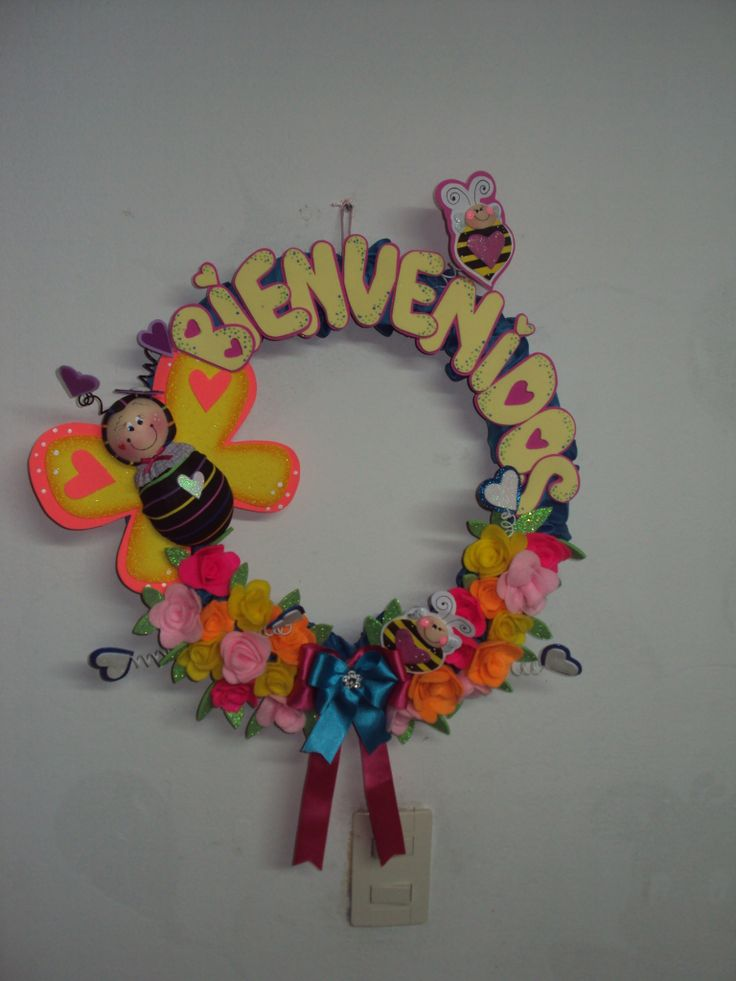 corona elaborada con goma eva,flores con paño lenci....