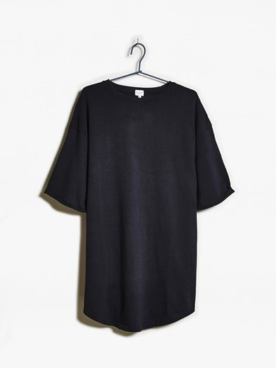 A short sleeved loose fit dress in 100% cotton. Above knee length. B A L A N C E. Grå