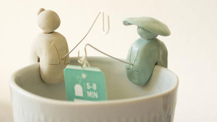 Die Zeit der Wiesenkräuter ist da! Für alle, die ihre Kräuter lieber im Tee haben als auf dem Teller hat Patricia Morgenthaler eine gute Idee, Teebeutelhalter so richtig in Szene zu setzen.