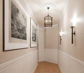 Узкий коридор с белыми стеновыми апнелями