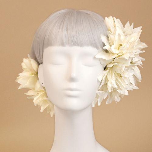 ウェディングや和装に人気のシャンティリリー ヘアピックの髪飾り「シャンティリリーのヘアピック」です。ウェディングブーケ&花髪飾りairakaでは、花嫁様に人気のシルクフラワー(造花)ブーケ、成人式や卒業式に人気の花の和装髪飾りも多数ご用意しています。
