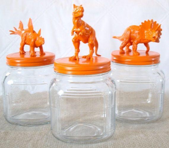 Oude glazen bokalen en oude plastiek speelgoedjes. :)