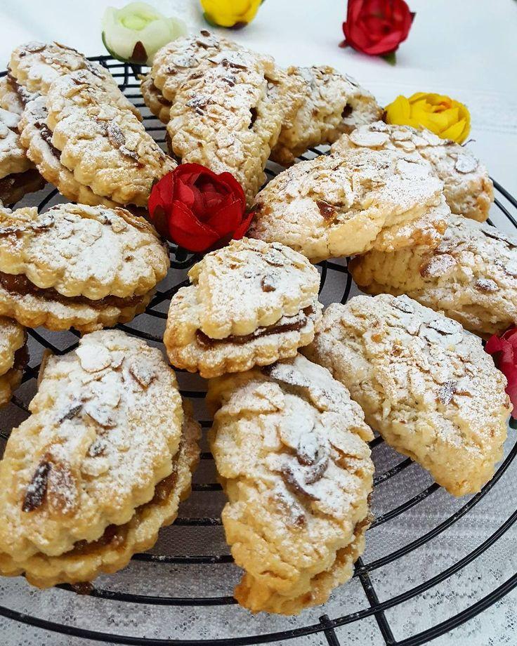 Günaydıiiin. Mutlu huzurlu bir gün diliyoruuuum. Bu elmalı kurabiyeleri deneyin pişman olmazsınız. Tarif bir kaç post aşağıda.Bu kez hamuru merdane ile açıp çiçek kurabiye kalıbıyla kestim ve elmalı harc koyarak D şeklinde katladim ama kenarını birlestirmedim. Üzerine file badem serptim. Yine de tarif yazıyorum Malzemeler:*150 gram oda ısısında tereyağı *1 türk kahve fincanı siviyag *2 adet yumurta *1 su bardağı şeker *1 paket kabartma tozu *1 paket vanilya *Aldığı kadar un ( ele yapismayan…