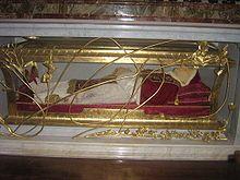 De reliekschrijn in de Sint-Pietersbasiliek, met het opgebaarde lichaam van Johannes XXIII, die een camauro draagt