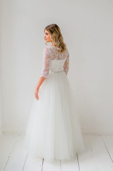 Bij Victor's Wedding Design kun je terecht voor een handgemaakte trouwjurk die nergens anders te koop is! Victor heeft enorm veel plezier in zijn werk, en dat merk je. Je hebt echt te maken met een vakman, die ook nog eens ontzettend gezellig is! Het uitgangspunt van Victor? Een prachtige trouwjurk, die zit als gegoten en waar jij als bruid van droomt… Voor een korte jurk komt de prijs tussen de €995 en €1995 uit, en voor een lange jurk zit je tussen de €1750 en de €3500. //Klik voor meer…