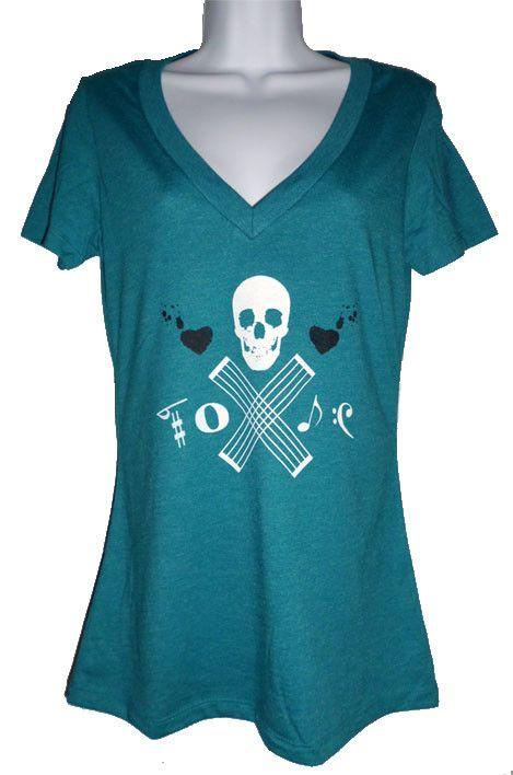 自分らしい合わせ方を探そう☆Vネックにスカル柄のTシャツ