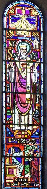 Реймсский собор-Витраж с изображением Святого Сикста в соборе Реймса,В строит-ве нового зд.собора принимали участие 4 архитектора:с 1211: Жан д'Орбе (фр. Jean d'Orbais).1231-1237: Жан-ле-Лу (что может быть переведено как Жан Волк) (фр. Jean-le-Loup).1247-1255:Гоше Реймсский (фр.Gaucher de Reims).между 1255 и 1285:Бернар Суассонский (фр. Bernard de Soissons).явл.крупнейш.храмом франц.готики«ланцетовидного стиля» после более ранних соборов в Париже (Нотр-Дам),Амьене и Шартре.