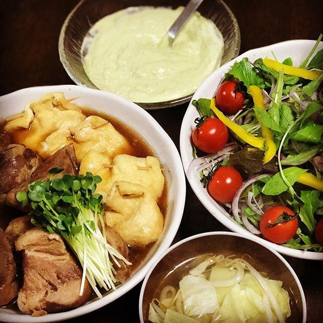 今日の晩御飯は  卵巾着と豚の角煮  ベビーリーフのサラダ  アボカドドレッシング  キャベツとモヤシのスープ #男子ごはん