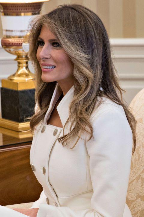 Первая леди также по-видимому, облегчили ее волосы впереди случаю, спортивные много Блондер замки.