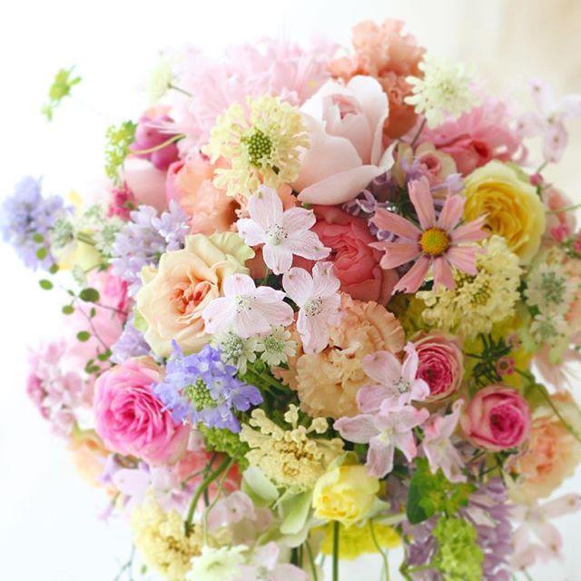 カラフルミックスカラーのブーケ、この頃から確立されてきた気がする。2012年のこの花嫁様も、めっちゃ可愛かったなあ〜 しかし今を写す最先端のインスタで、昔のブーケ紹介してていいのかな? でもいつも思う、結婚式が終着点じゃなくてそこからの長い人生に残る、そんな花を作りたい。何年もブログを見てくれているたくさんの元花嫁様にも感謝! #花嫁#ブーケ#一会 #結婚式#結婚#結婚式準備 #結婚準備 #ブライダル#ウエディング#披露宴#ウェディング#ウェディングブーケ #ウェディングアイテム#ナチュラルウェディング #ミックス#カラフル#いろいろ#花#プレ花嫁 #2012 #bouquet #wedding #パンパシフィック#横浜#2016秋婚#花#バラ#卒花