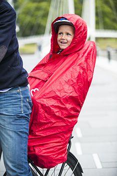 Go for a family bike ride rain or shine! The Hamax poncho protects against rain and wind, ensuring your child stays dry and comfortable at all times