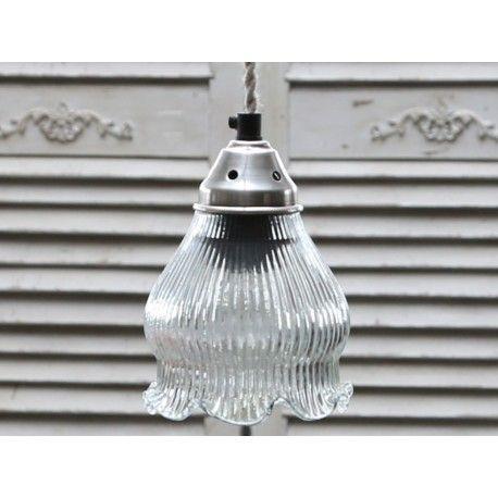 Szklana lampa o kloszu w kształcie kwiatu jakby konwalii.  Więcej na: www.lawendowykredens.pl