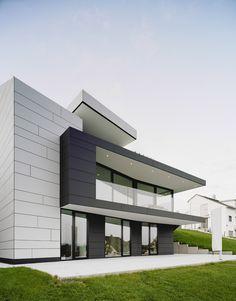 Modern villa, Denkendorf. Gellink + Schwämmlein Architekten. EQUITONE facade materials. equitone.com