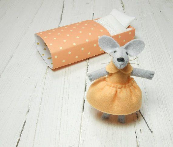 Small felt animal mouse doll in matchbox newborn girl gift #matchbox #peach #atelierpompadour #feltedmouse