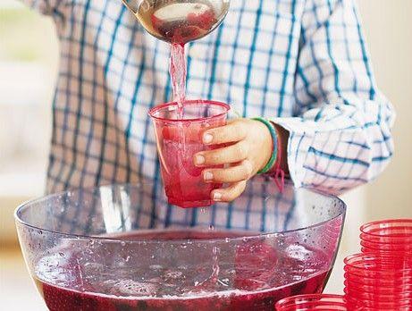 alkoholfri bål: 1.5 l fruktsoda  5 dl juice  2 paket blandade frysta bär (500 g /paket)  3 dl koncentrerad jordgubbssaft  vatten