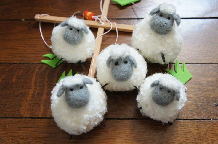 mobile mouton en laine plassard et laine feutrée à l'aiguille : Jeux, peluches, doudous par la-tortue-bleue