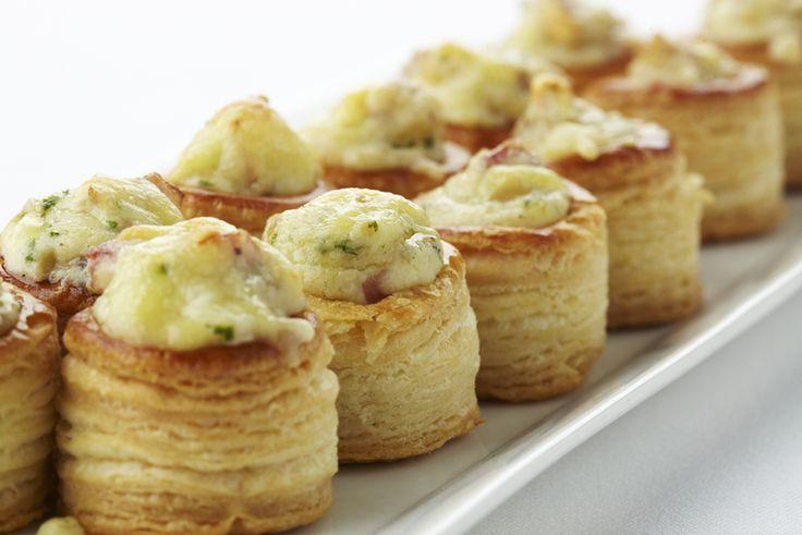 Een overheerlijke mini bouchées met passendale-kaas, champignons en spek, die maak je met dit recept. Smakelijk!