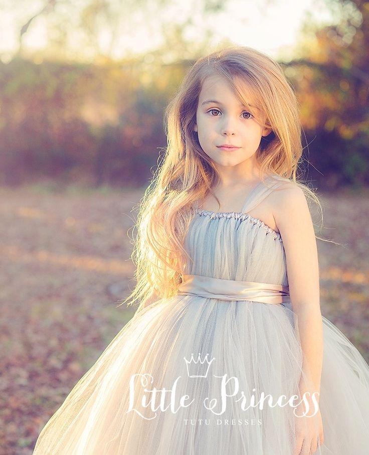 Exclusief te verkrijgen bij www.zoschattig.com De tutu jurk is met liefde en zorg op de hand gemaakt. De tule is van beste kwaliteit en de jurk is goed vol voor het groots dromerig effect. Elk meisje zal zich speciaal en als een klein prinsesje voelen in deze sprookjesachtige tutu jurk. Scroll naar beneden voor meer informatie.