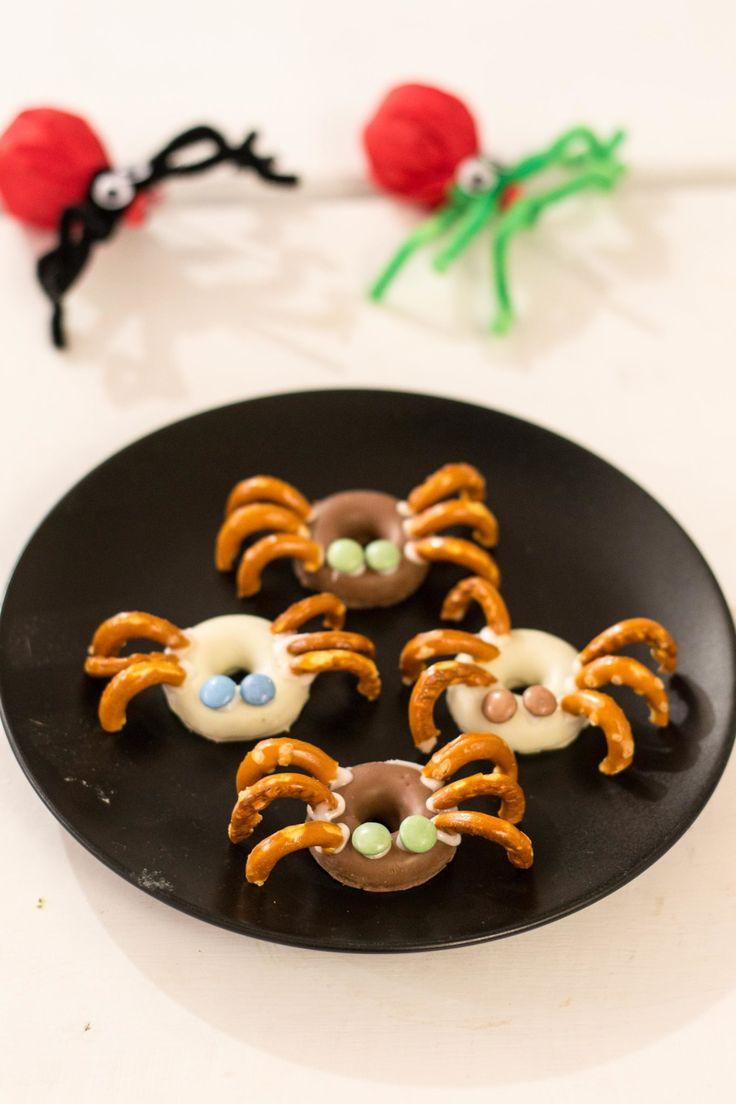 Lasten kanssa valmistimme tänään vuotuiseen Halloween juhlaan helppoja herkkuja. Ensimmäiseksi askartelimme pillimehut ja tikkarit sopiviksi halloween teemaan. Seuraavaksi tuunasimme valmiit donitsit myös teemaan sopiviksi. Donitsit muuttuivat hurjiksi monsterdonitseiksi karkkihampailla, minismartieseilla ja sokerikuorrutteella. Halloween monsteridonitsit syntyivät...