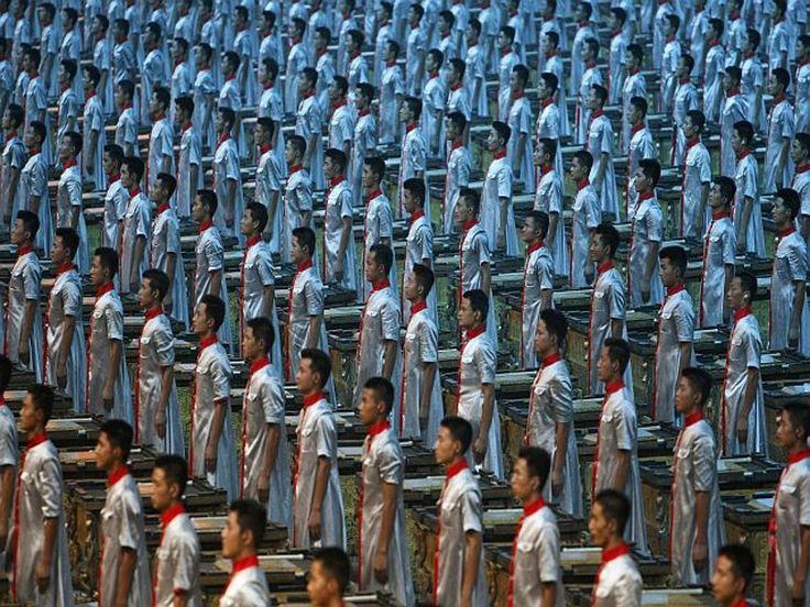 O Estádio Olímpico, mais conhecido como Ninho de Pássaro, se encheu de cores, sons e luzes para a cerimônia de abertura dos 26º Jogos Olímpicos da era Moderna, em Pequim.  A festa começou com um show de sincronismo de 2008 percussionistas tocando seculares tambores Fu, todos iluminados.