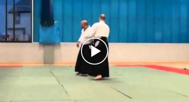 Mestre Ensina Técnica Infalível Para Se Defender De Ataque Com Espada http://www.desconcertante.com/mestre-ensina-tecnica-infalivel-para-se-defender-de-ataque-com-espada/